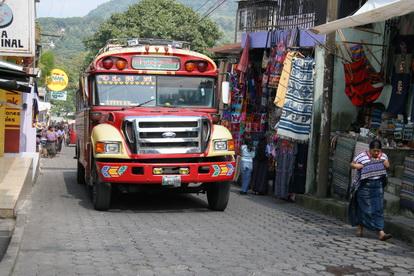 Без посторонней помощи бывает сложно вписать автобус в узкие улицы