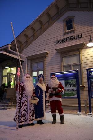 На вокзале в Йоэнсуу гостей встречали российские Дед Мороз со Снегурочкой и финский Йоллопуки