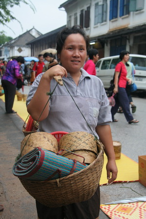 Туристам для кормления предлагают купить готовый рис. Торговля идет бойко