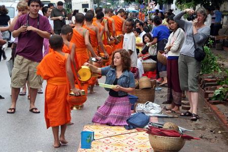 Создается впечатление, что монахи инициируют восход солнца, и потому церемония кажется волшебной.