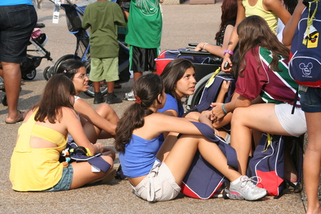 Жители США просто обожают сидеть на асфальте