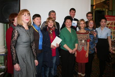 Участники презентации и счастливые обладатели выигрышей в лотерею