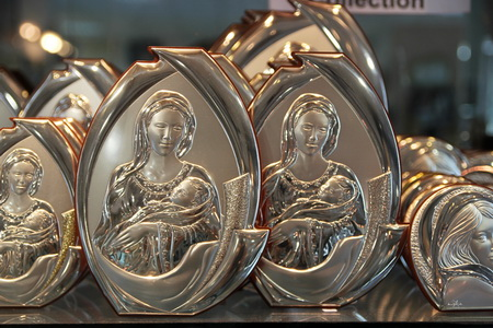 Изображение мадонны с младенцем, выполненное в серебре