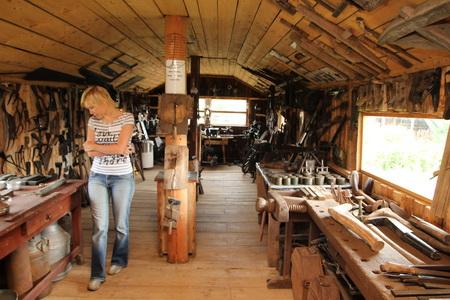 Экспозиция тщательно систематизирована - старинные инструменты, кухонная утварь, транспорт