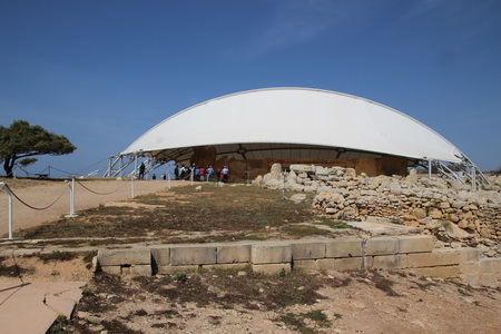 Храм Хаджар-Им накрыт защитным куполом