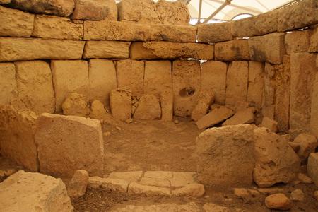 Стены храма сложены из огромных каменных глыб