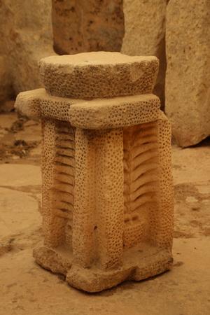 Опорные столбы украшены большим количеством высверленных отверстий