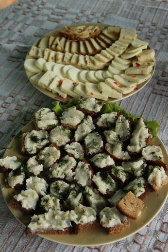 Домашние сыры и хлеб с паштетом из соленого сала