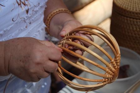 Плетение корзинки из лозы