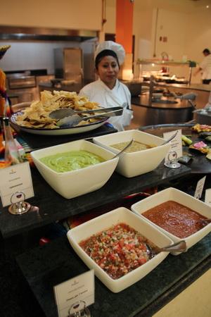 Среди соусов гуакамоле легко отличить по нежному зеленому цвету