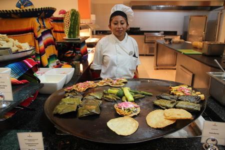 В ассортименте тортилья, такос, буррито и тамале (в зеленых листьях)