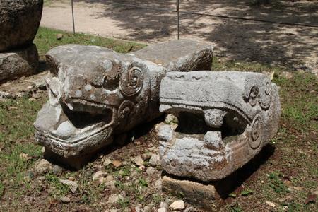 Головы каменных змей, охранявших храм