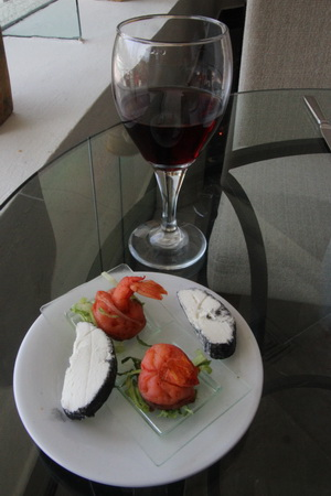 """Бокал вина с сыром и креветками в """"Vip Lounge"""""""
