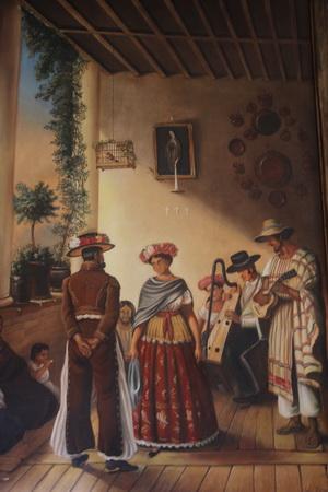 Стены украшают картины