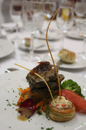 Усы придают говядине с овощами боевой вид