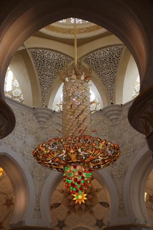Главная люстра храма