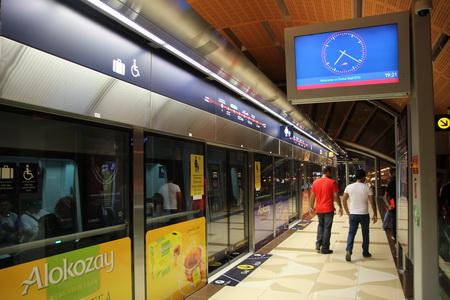 Перрон от поезда отделяет прозрачная стена