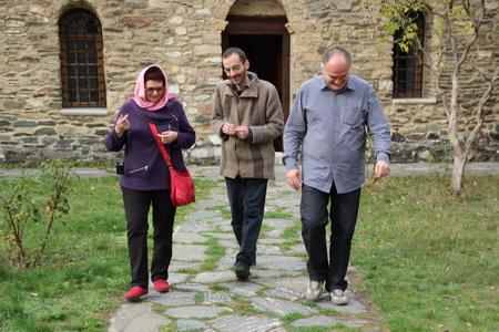 Монах проводит экскурсию по монастырю