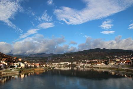 Вид с моста на Дрину и город