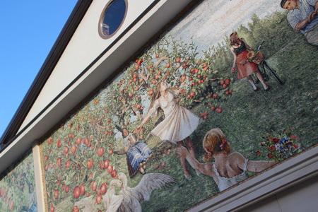 Дома украшают красочные панно
