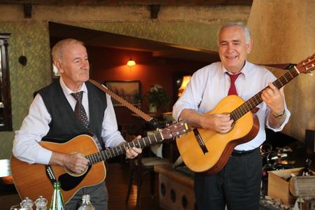 Весь вечер гостей развлекают песнями под гитару