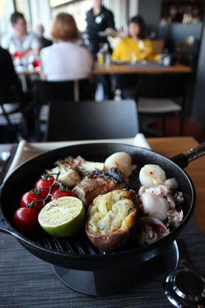Сковородка с ракообразными и лососем