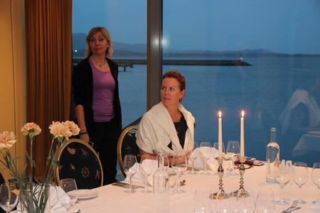 Романтическое настроение создают свечи и вид из окна