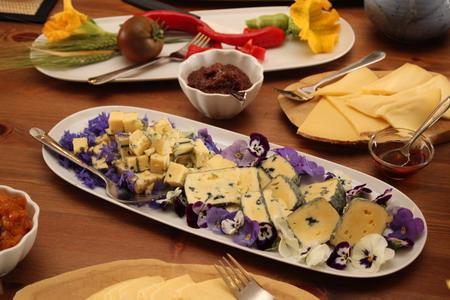 Блюда украшены живыми цветами