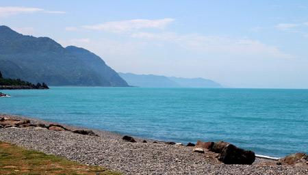 Вода в море возле поселка Сарпи отличается густым бирюзовым цветом