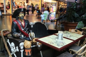 В кафе можно пообедать за одним столиком с пиратом