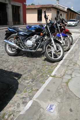 На дорогах имеются знаки для парковки мотоциклов