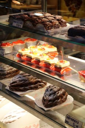 Для приготовления пирожных часто используют различные ягоды