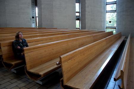 Церковный зал вмещает 1120 человек