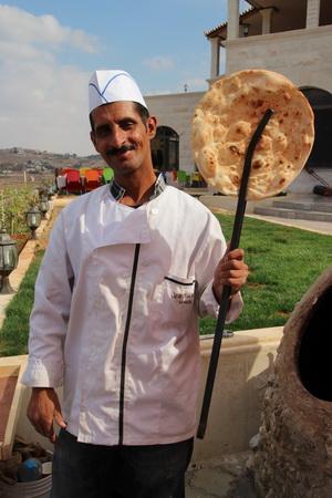 Иорданские традиционные лепешки пекут на улице в специальных шарообразных печах