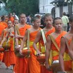 Кормление монахов.