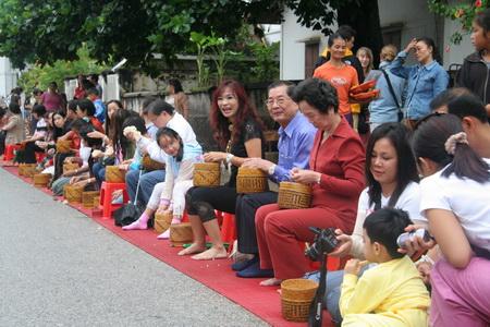 Желающие угостить монахов рисом собираются на центральной улице города в 5 часов утра