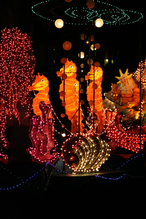 Каждый вечер в Диснейленде проходит красочный парад