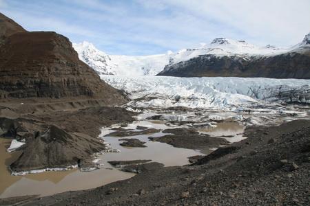Ледник превращает горы в равнины, а гигантские валуны – в песок и пыль
