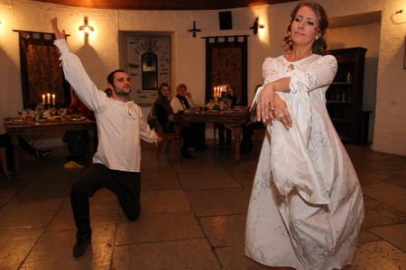 Старинные танцы переносят на сотни лет в прошлое