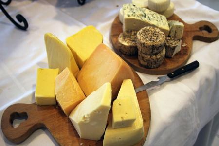 Сырная тарелка впечатляет разнообразием сыров
