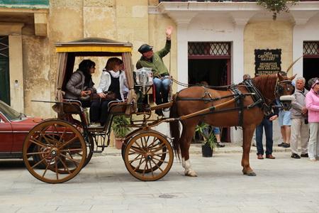 По древнему городу обязательно следует прокатиться на кароццине