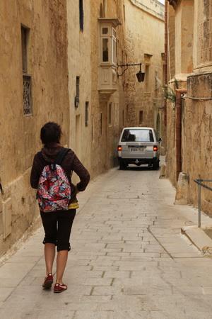 На узких улочках порой невозможно разминуться с автомобилем