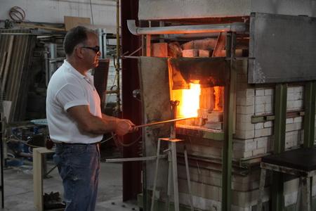 Центральное место в стеклодувной мастерской занимает печь