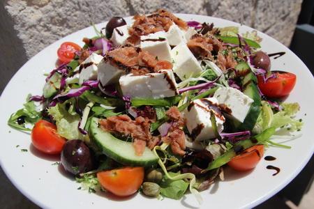 Греческий салат с анчоусами