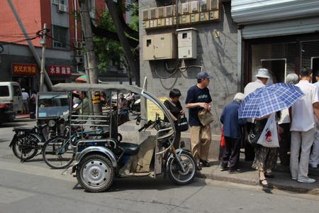 На узких улицах можно встретить удивительные транспортные средства