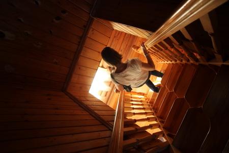 На второй этаж коттеджа ведет эргономическая лестница
