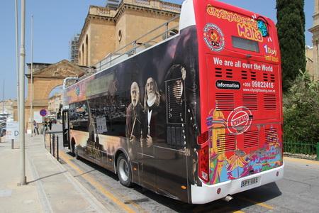 Еще труднее маневрировать туристским автобусам