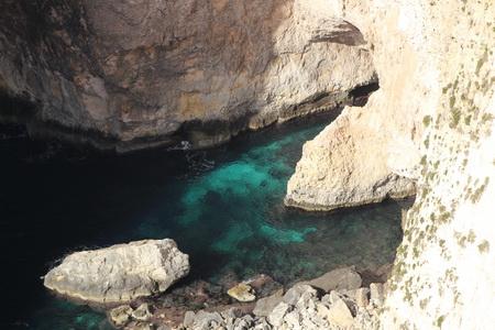 Вода в гроте отличается насыщенным аквамариновым цветом
