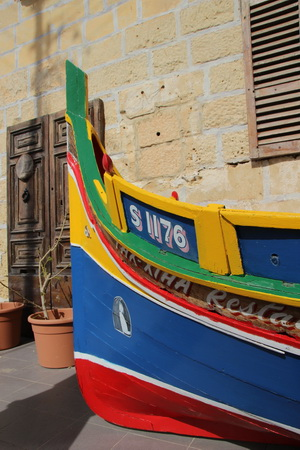К гроту можно совершить прогулку на мальтийской лодке