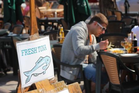 На набережной расположено множество рыбных ресторанов